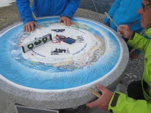 Mise en place de la table d'orientation au sommet du BUET (Haute-Savoie)